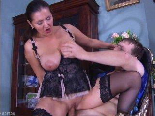 Русское порно со зрелой дамой, которая соблазнила молодого сына