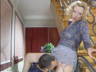 Шикарную блондинку ебут стоя и кончают ей на лицо