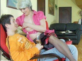Возбужденный сын занимается сексом с мамой в чулках