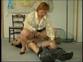 Голая полная учительница трахается в киску с учеником