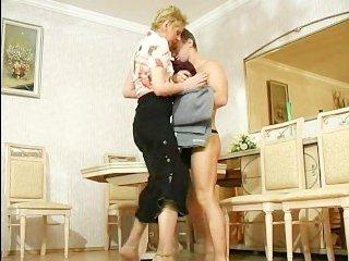 Молодого парня русская женщина соблазняет