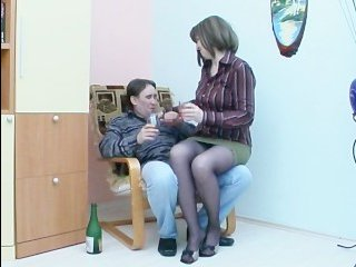 Русская зрелая женщина трахается с горячим мужчиной в пилотку