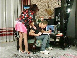Русскую зрелую учительницу пацан отодрал в пизду у неё дома