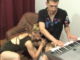 Женщина соблазнила молодого парня на секс