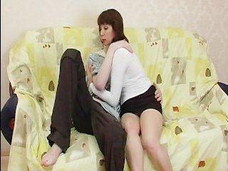 Сын трахает мать дома на кровати: русский инцест
