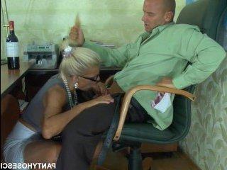 Сын засадил маме в рот под столом в офисе