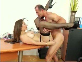 Начальник роскошную женщину ебут на работе в разных позах