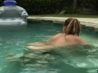 Парень трахает молодую пышечку в купальнике в пизду и кончает в рот